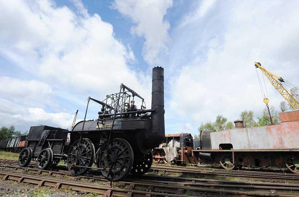 """""""Благодаря железным рельсам паровозы стали передвигаться по маршрутам и к угольным шахтам, которые поддерживали работу стационарных двигателей локомотивов""""."""