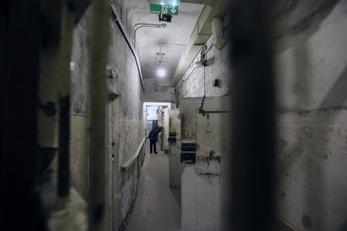 Вскоре после того, как КГБ взял здание под свой контроль, на первом этаже и в подвале были сооружены тюремные камеры и комнаты для допросов.