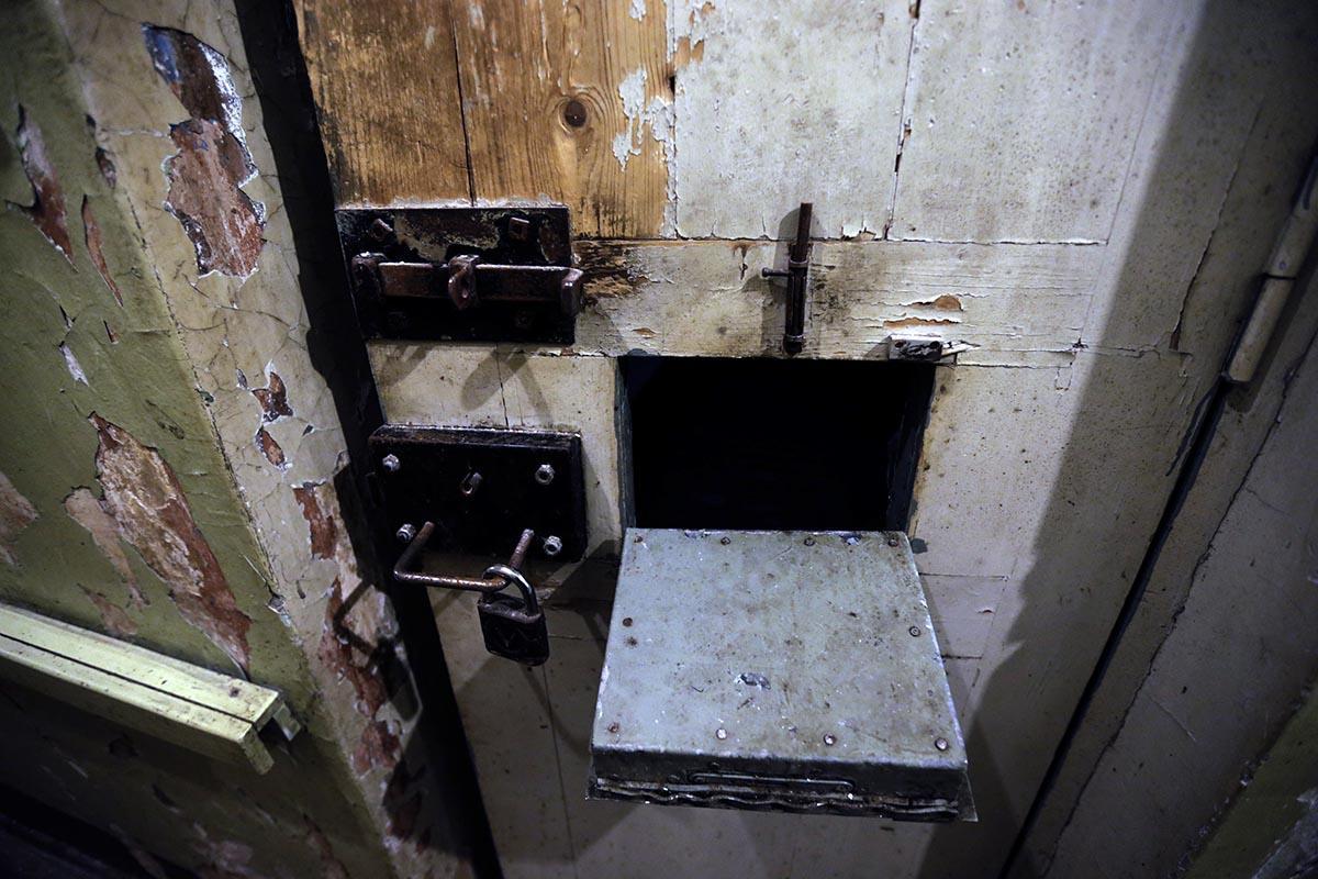 Так выглядит одна из тюремных дверей камеры.