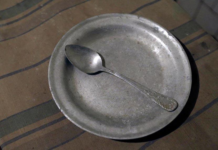 Так выглядели алюминиевая ложка и тарелка заключенного.