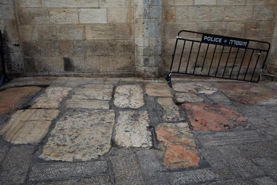 Тротуарные плиты на улице Виа Долороза заложены еще с римских времен. Это место является одним из немногих мест вдоль Виа Долороза, где проложены оригинальные камни, возраст которых насчитывает 2000 лет.