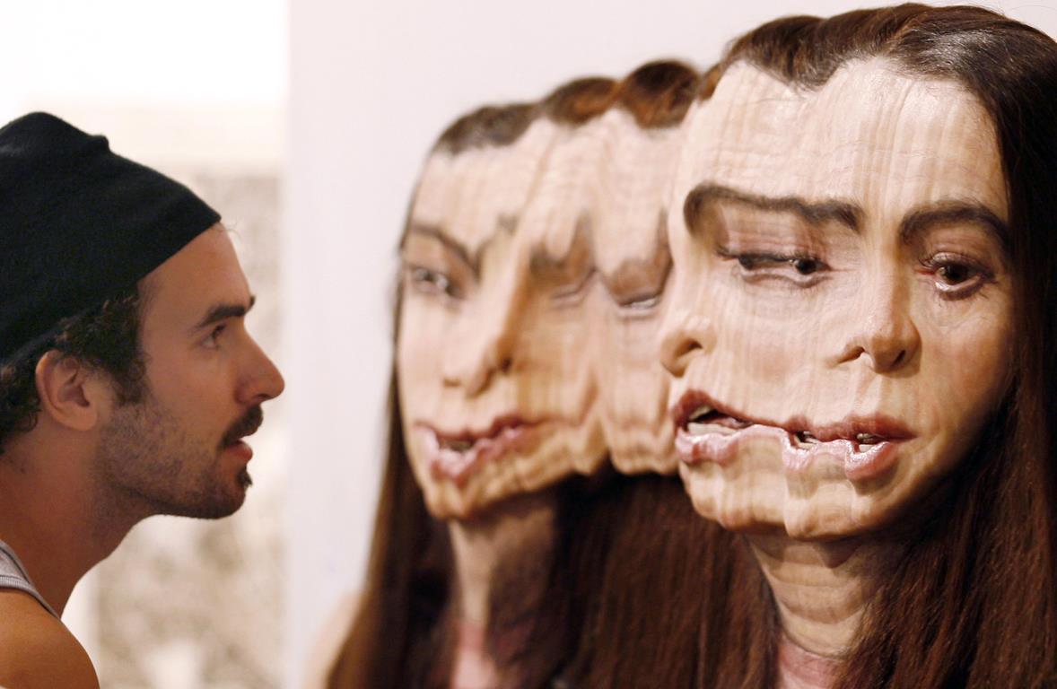 """Трехмерный экспонат изготовленный из алюминия, силикона, пигмента и волос канадским художником Эван Пенни (Evan Penny) во время """"Art Basel Miami Beach"""" в Miami Beach Convention Center."""