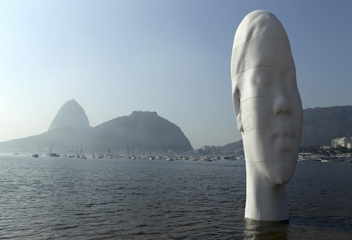 """Скульптура под названием """"Awilda"""" установленная на берегу пляжа Ботафого в Рио-де-Жанейро."""