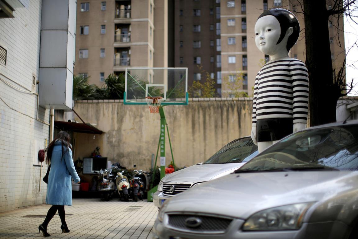 Гигантского мальчика-куклу видели на парковочной площадке в центре Шанхая.