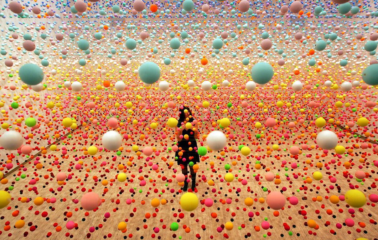 """Австралийский художник Nike Savvas внес окончательные коррективы в свое произведение искусства, состоящее из более чем 50000 полистироловых шариков в """"Художественной галерее Нового Южного Уэльса"""" (англ. New South Wales Art Gallery) в Сиднее."""