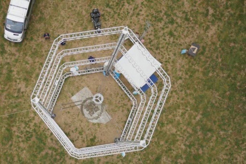 Огромный 3D-принтер печатает дома из глины